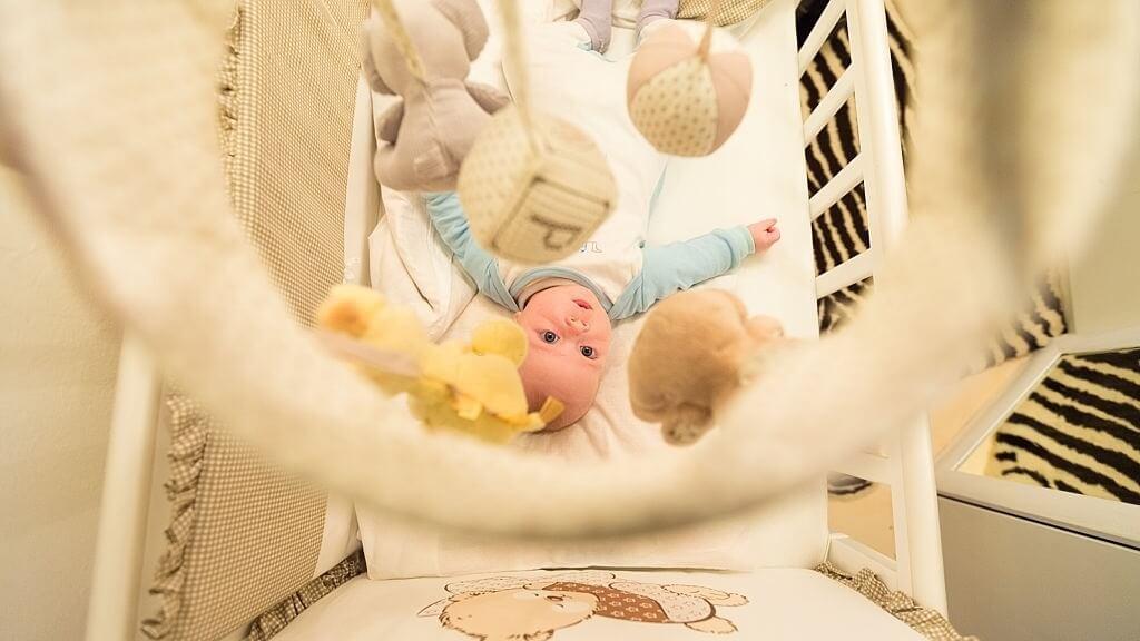 زاویه دید نوزاد به آویز تخت