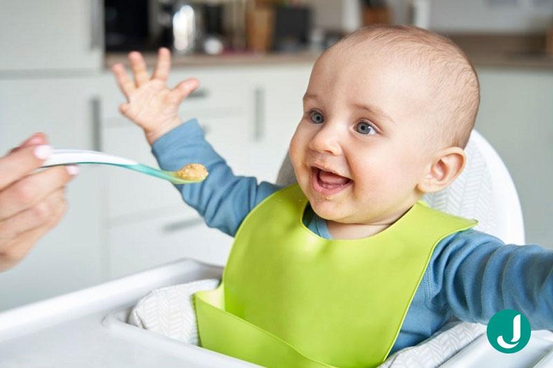 تغذیه نوزاد ده ماهه